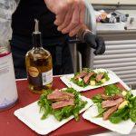 Das Steak wird auf Ananas-Rucola-Salat angerichtet