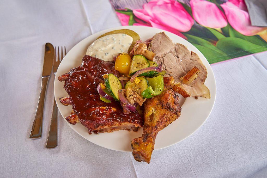 Grillteller mit Rippchen, Schweinebauch, Gemüse, Ofenkartoffel, ...