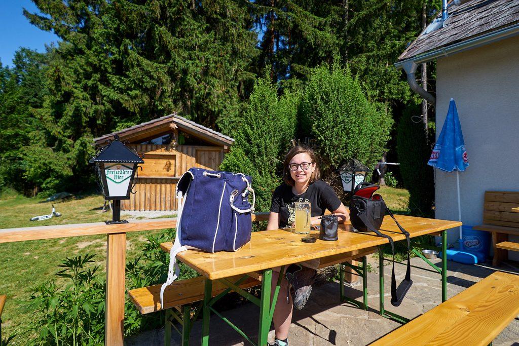 Ich mit Kamarg und einem Glas Apfelsaft auf der Braunberghütte.