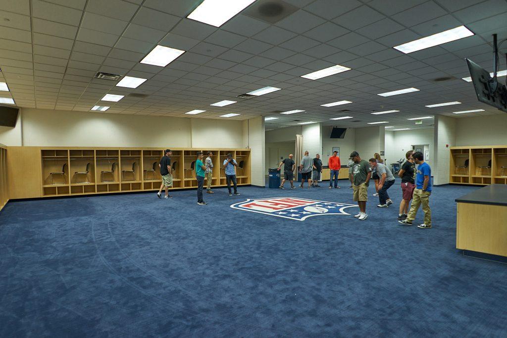 Die Umkleidekabine der Gastmannschaft im Mile High Stadium.