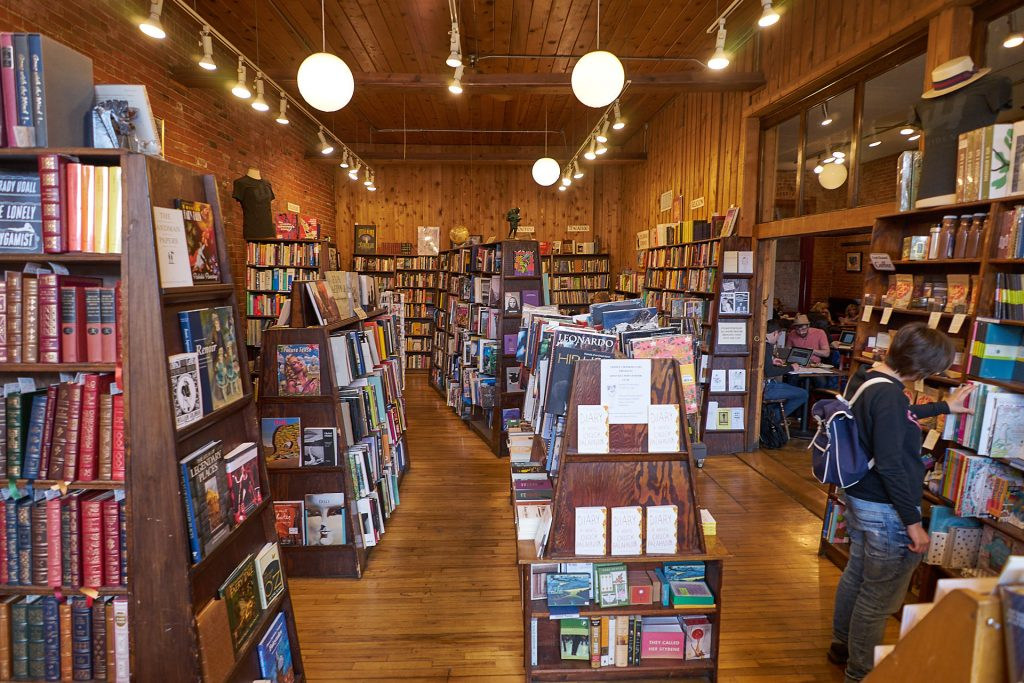 Das Trident Booksellers and Cafe in Boulder von innen