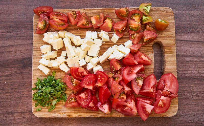 Auflauf mit Tomaten, Mozzarella und Basilikum