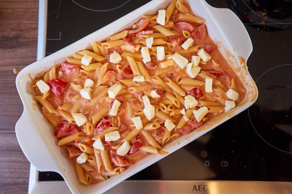 Der Mozzarella Tomaten Auflauf in einer ofenfesten Form.