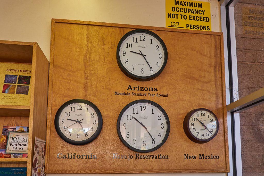 Uhren mit den verschiedenen Zeitzonenen.
