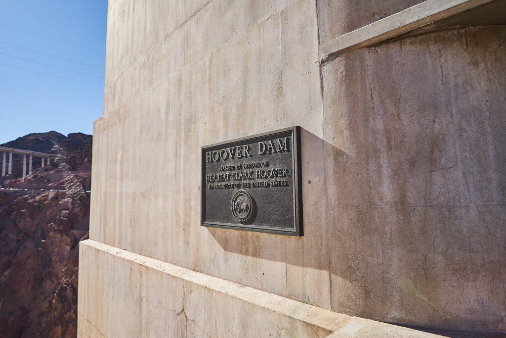 Ein Schild am Hoover Dam - in Ehren von Herbert Clark Hoover.