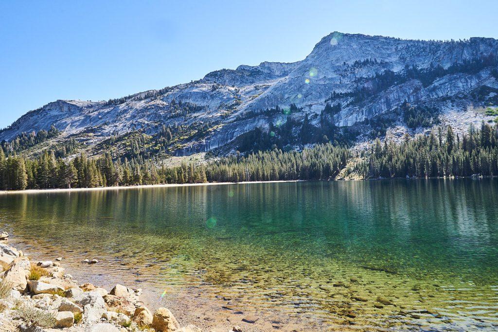 Ziemlich klares Wasser und ein schöner Berg im Hintergrund.