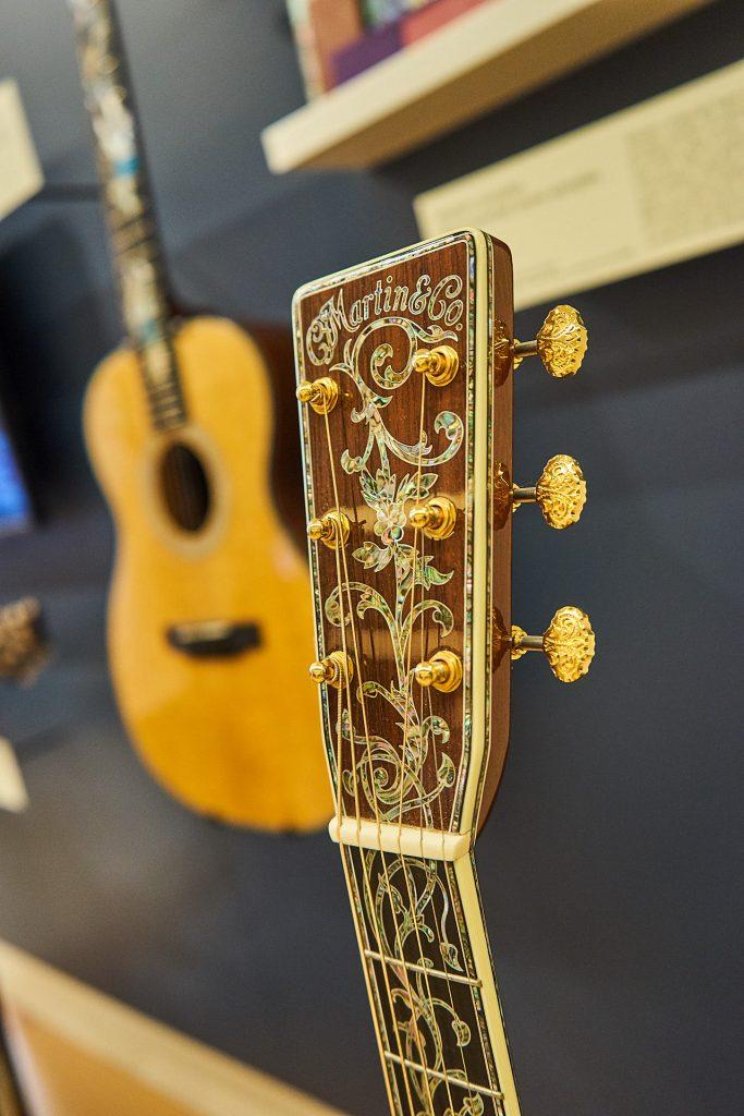 Eine Gitarre mit wunderschönen Perlmutteinlagen
