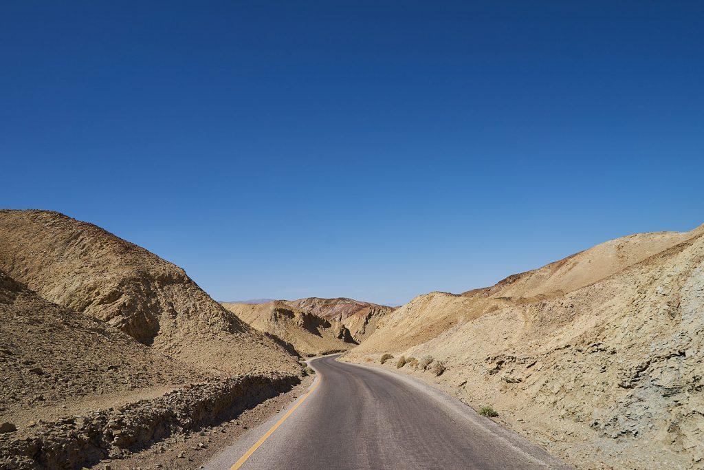 Eine Straße im Death Valley, rundherum alles tot und grau.