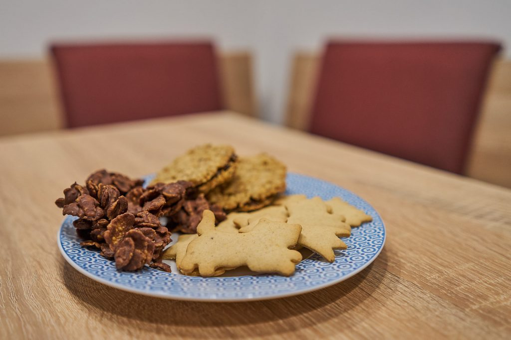 Ein Teller mit den fertigen Haferflocken-Keksen, Spekulatius und Cornflakes-Busserln | 3 einfache Keks Rezepte