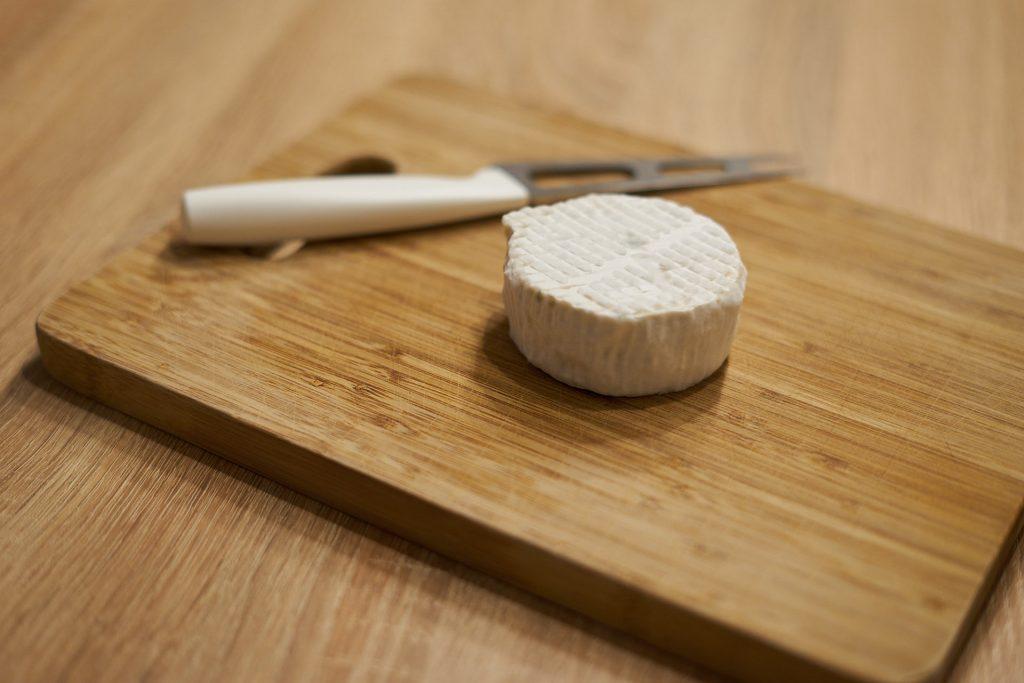 Ein fertiger Käse auf einem Jausenbrett.