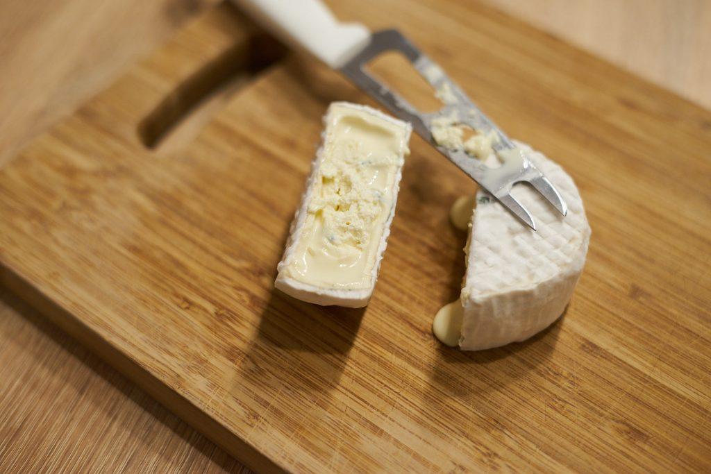 Ein angeschnittener Käse auf dem Jausenbrett.