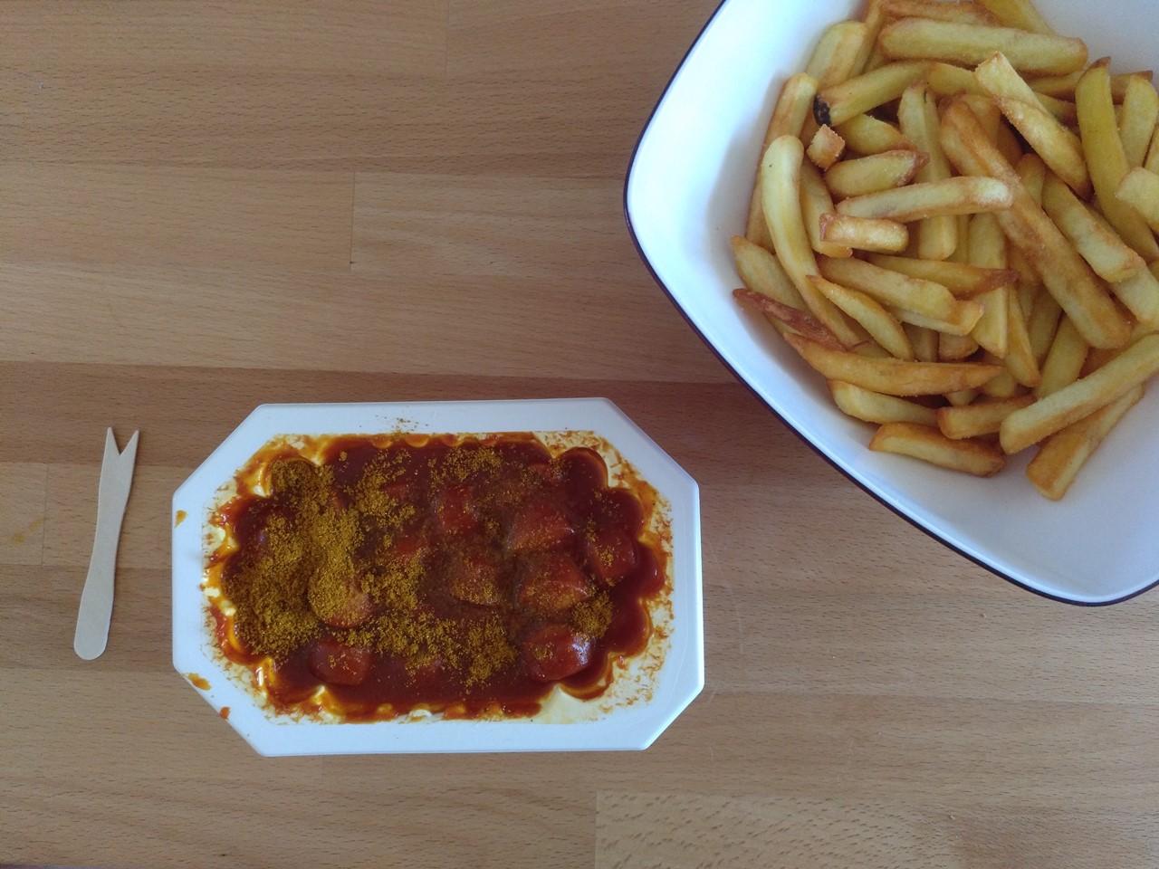 Currywurst mit Pommes.